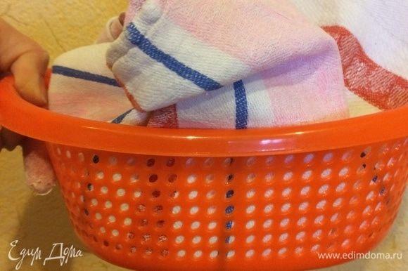 У меня нет корзины для расстойки, и я делаю так: в обычное сито кладу полотенце и посыпаю его мукой (кукурузной или семолиной).
