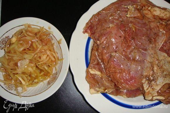 Вынуть мясо из маринада, лук слегка отжать и отложить.