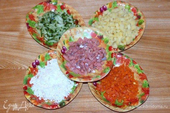 Картофель, морковь, яйцо отварить, охладить и очистить. Филе слабосоленой кеты, картофель, морковь нарезать небольшими кубиками. Огурец нарезать соломкой. Яйцо натереть на крупной терке.
