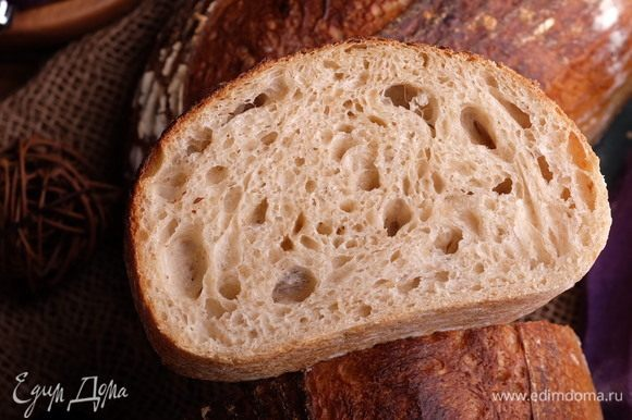 Важное по ингредиентам. Воду нужно брать ледяную. Закваску — освеженную. Муку пшеничную — максимально «сильную», то есть, с содержанием белка 14–14,5 г на 100 г муки. Это важно. Остальные подробности в рецепте.