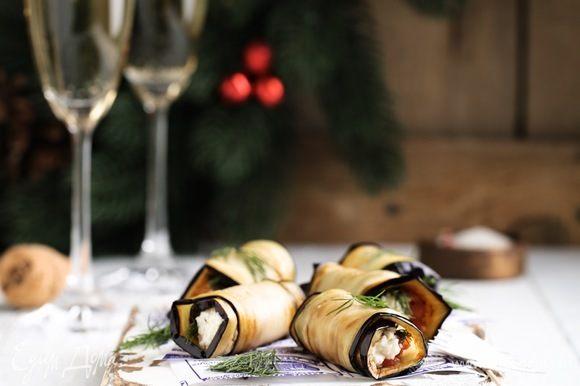 Украшаем укропом. Приятного аппетита и вкусного вам Нового Года.