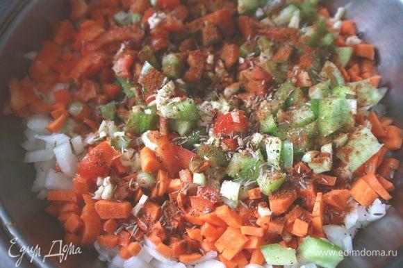В глубокой разогретой сковороде (кастрюле с толстым дном) обжарить овощи в течение 5 минут на оливковом масле (2 столовых ложки). Добавить специи — порошок чили и сладкой паприки, кумин, перец черный свежемолотый, добавить соль, перемешать.