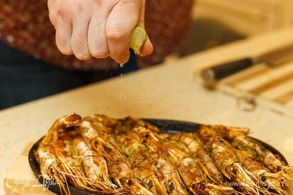 Через 10 минут вынимаем наши лангустины из духовки, взбрызгиваем лаймом или лимоном (как кому нравится) по вкусу.