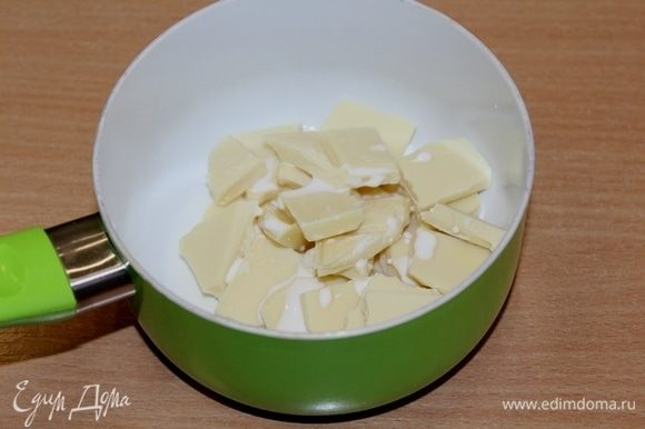 Шоколад разломать на кусочки, добавить немного сливок, поставить на водяную баню и растворить шоколад.