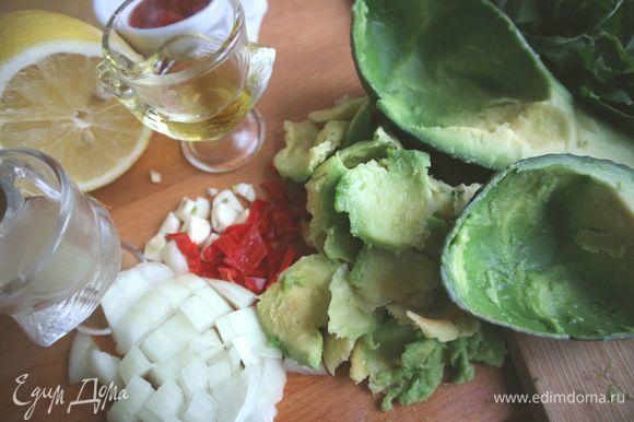 Мякоть авокадо отделить большой ложкой. Кожуру не выкидывать. Измельчить все ингредиенты (кроме кожуры) в блендере. Наполнить кожуру авокадо соусом.