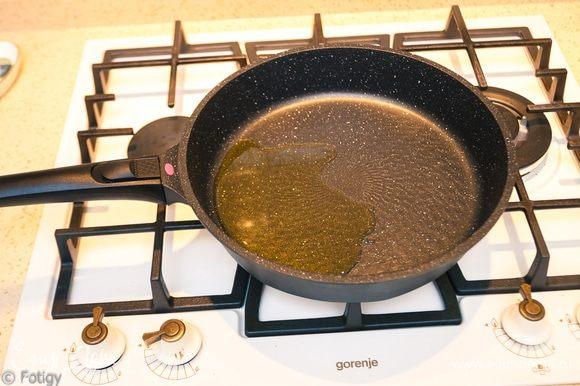 Ставим сковородку на огонь, наливаем на разогретую сковородку масло.