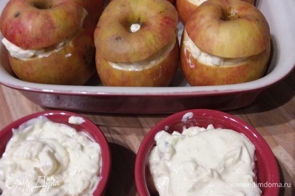 Наполнить яблоки творожной начинкой. Накрыть крышечками. Можно посыпать сахаром. Я добавила мякоть всех 6 яблок, поэтому у меня получилось больше начинки, но будет лучше, если этого не делать.