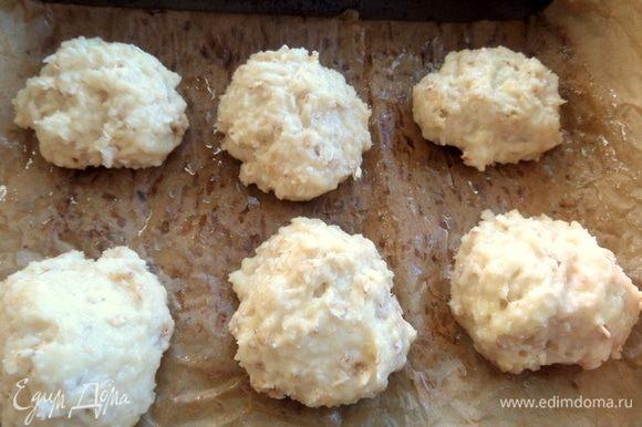 Смазать пергамент, постелить его в форме и сформировать (не обязательно ровно) кокосовые сугробики.