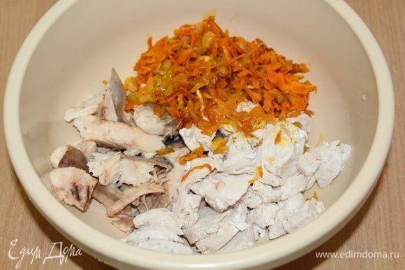 Поместить отваренные кусочки курицы и кусочки отваренной рыбы, овощи в миску, измельчить блендером.