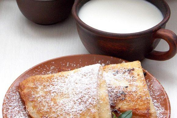 Перед подачей посыпать через ситечко сахарной пудрой, украсить мятой и подавать.