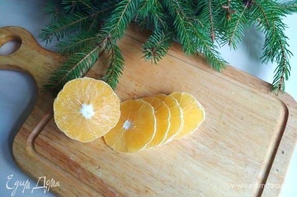 Возьмем один апельсин, моем, чистим, режем тонкими кольцами.