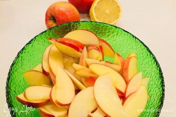 Яблоки нарезать тонко и сбрызнуть лимонным соком, чтобы не темнели.