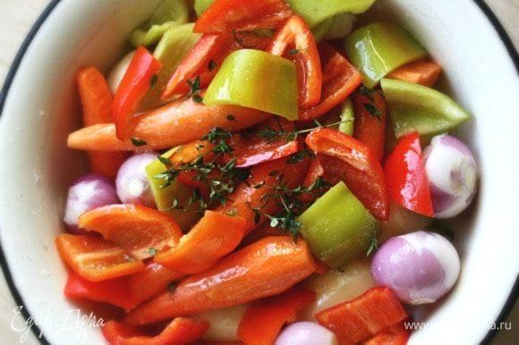 Сложить все в миску, приправить солью, перцем, пряной зеленью и сбрызнуть оливковым маслом. За 45 мин до окончания приготовления мяса, переложить овощную смесь в противень под решетку с мясом.