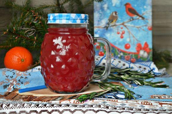 Готовый напиток остудите до 50–60°С, процедите, добавьте мед, хорошо перемешайте, разлейте по чашкам-бокалам и подавайте. Приятного вам аппетита!