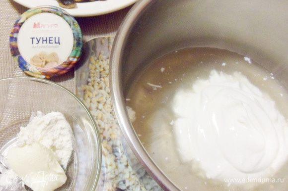 В отдельный сотейник слить рыбный сок из банки, добавить сметану. В миске смешать муку со сливочным маслом.