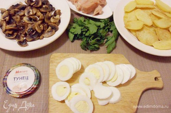 Сваренные вкрутую яйца очистить от скорлупы и нарезать кружками.