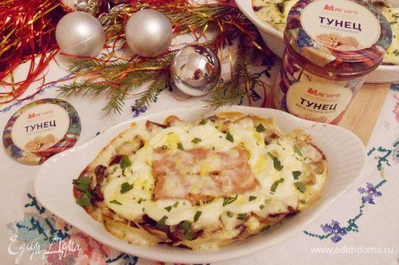 Консервированный тунец в сметане с картофелем и грибами готов. Приятного аппетита! С Новым годом!