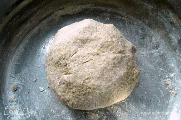 Добавить мед, ржаную муку, 200 г пшеничной муки, овсяные отруби, йогурт и соль. Замесить тесто. Это можно сделать в комбайне с насадкой для теста, в хлебопечке или просто вручную.