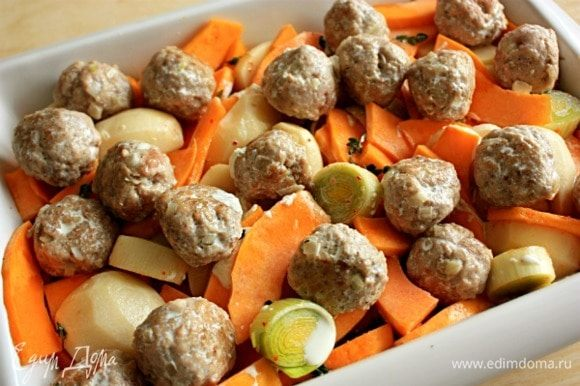 Сливки в сотейнике довести до кипения на маленьком огне и залить ими овощи и фрикадельки. (Полить каждую фрикадельку.) Запекать овощи в течение 45–55 минут. Ориентируйтесь на готовность картофеля.