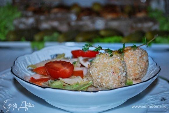 Выкладываем порционно куриную грудку, болгарский перец и салат айсберг, сверху сырные шарики и поливаем соусом. Можно добавить помидоры черри.