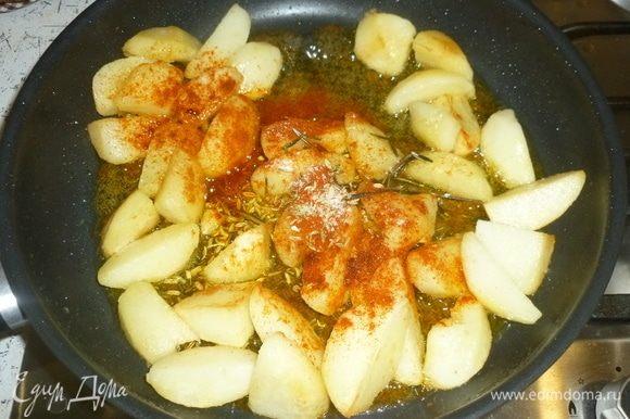 Раздавить к картофелю чеснок, добавить розмарин, фенхель, паприку, соль, все хорошенько перемешать.