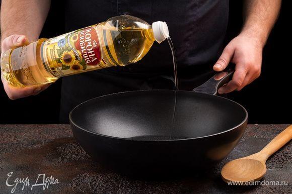 Обжарьте на рафинированном подсолнечном масле ТМ «Корона изобилия» чеснок и лук.