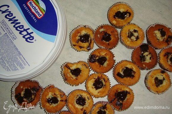Чайной ложкой убрать серединку у кекса, влить начинку и накрыть верхушкой кекса.