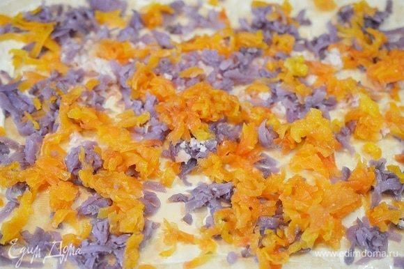Следующие слои: вареная картошка, натертая на крупной терке. Затем вареная морковь, натертая на терке. И немного майонеза. Фиолетового цвета у меня картошка, такой сорт!