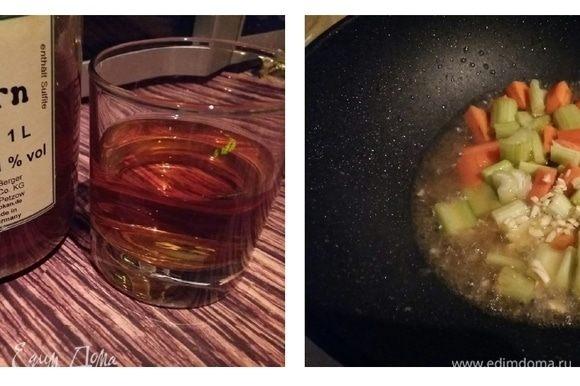 Влить вино, у меня фруктовое — облепиховое. Увеличить нагрев и готовить пока все вино не выпарится.