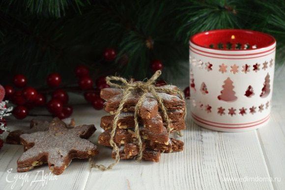 Поставить печенье в духовку на 10-15 минут при температуре 180°С. Пойдет чудный аромат, сразу поймете, что печенье можно доставить. Печенье остудить на решетке. Посыпать сахарной пудрой. Приятного аппетита!