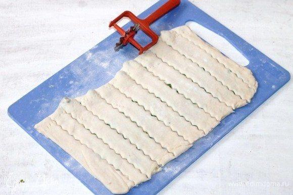 Разрезаем пласт теста на полоски, шириной 2 см.
