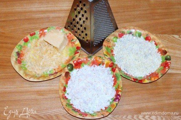 Трем на средней терке сыр и отваренные, охлажденные и разделенные на желтки и белки куриные яйца.