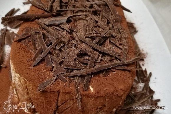За приблизительно 20-25 минут вынуть десерт из морозилки. Украсить по традиции какао. Сверху выложить шоколадную стружку.