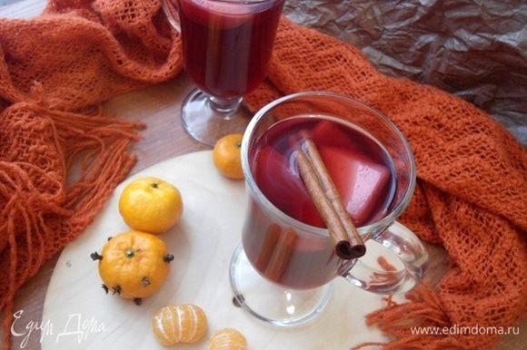 Напиток процедить. С мандаринов выжать сок и влить в наш безалкогольный глинтвейн. Яблоки можно добавить в бокалы, они напитались специями и стали очень вкусные. Размешать, разлить по бокалам и наслаждаться теплым напитком!