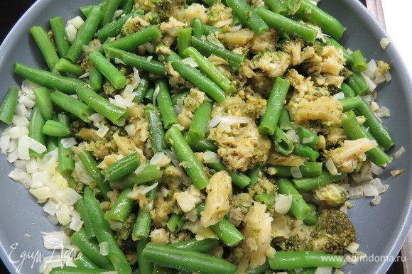 Затем добавить зеленую фасоль и полуотворенную брокколи, немного посолить, перемешать и жарить до полного испарения жидкости. Теплую фасоль и брокколи пюрируем блендером до однородности.
