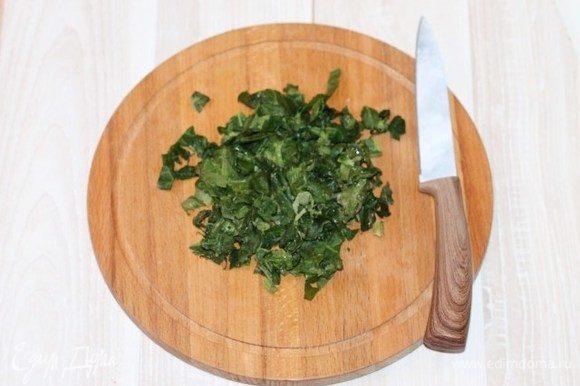 Приготовим тесто. Нарезаем мелко шпинат (у меня замороженный) и выкладываем в чашу блендера.