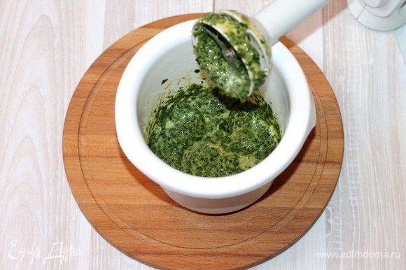 Желтки добавляем к шпинату и измельчаем блендером.