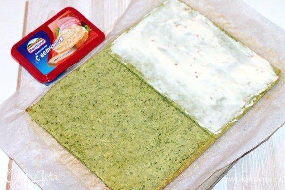 Остывший корж разрезаем на две равные части. Одну часть смазываем плавленным сыром Hochland.