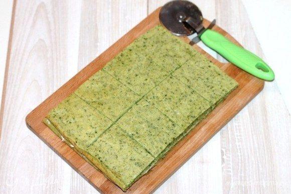 Вторую часть коржа, кладем на сыр Hochland и разрезаем на части.
