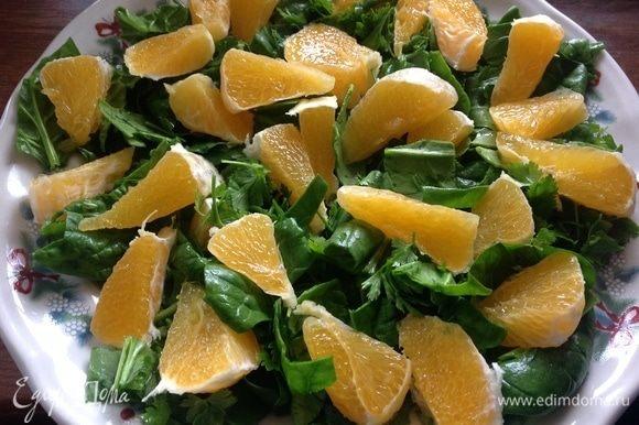 Зелень помыть, фрукты очистить от кожуры. На плоское большое блюдо, крупно порезать шпинат и петрушку, поверх порезанный апельсин.