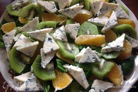 Поверх апельсина порезать киви и голубой сыр.