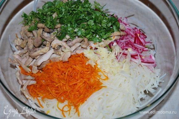 К картофелю, моркови, маринованному луку и мясу, добавить натертый чеснок и зелень.