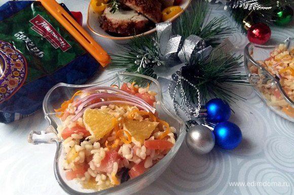 Разложить по порционным тарелкам и подавать.