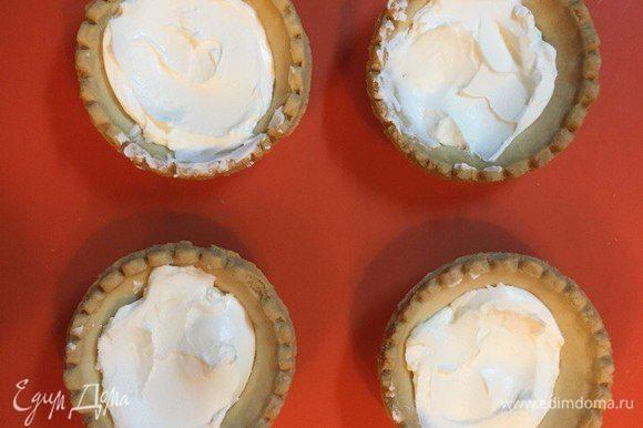 Творожный сыр Hochland разложить по тарталеткам. Посыпать сверху нарезанным орехом и украсить ягодами. Наш десерт получился очень праздничным и нежным, благодаря творожному сливочному сыру Hochland. Приятного аппетита!