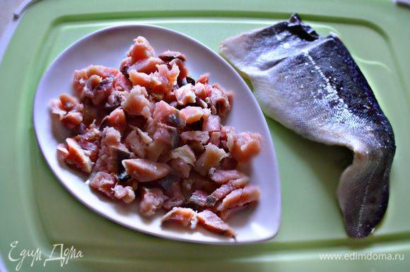 Филе малосольной красной рыбы (у меня — собственной засолки) нарезать мелкими кубиками.