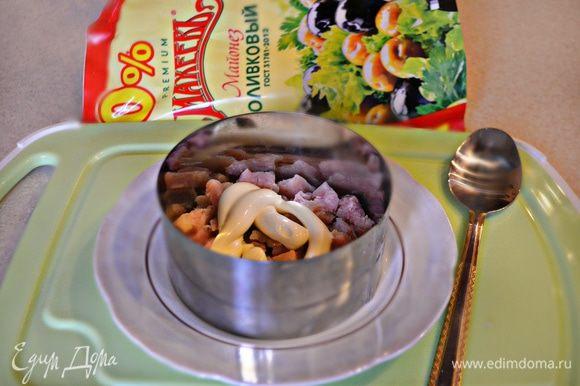 Уложить салат слоями, промазывая каждый слой майонезом: рыба, яйца, кальмары, сыр, икра.