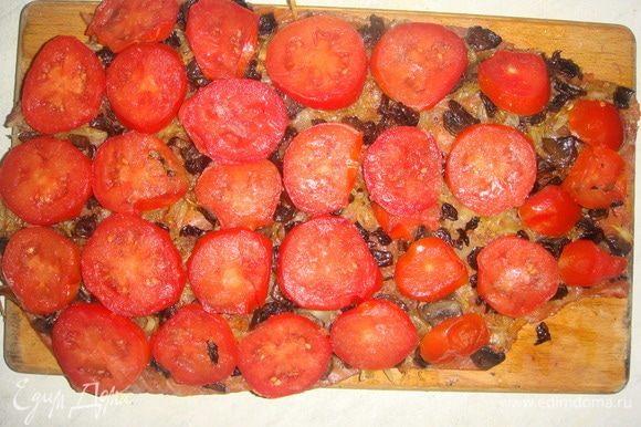 Помидоры помыть, нарезать тонкими кружочками и выложить сверху грибов, немного посолить.