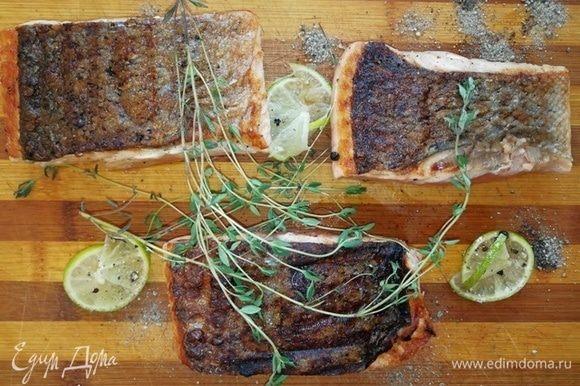 Обжариваем лосось со стороны кожи 1 минуту, затем перекладываем на противень и ставим в духовку, разогретую до 200°С на 7 минут.