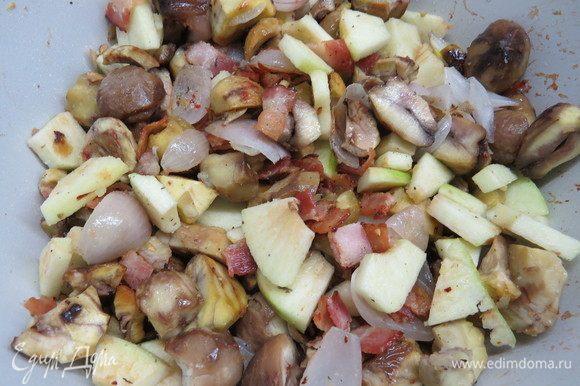 Зеленое яблоко почистить, нарезать небольшими кусочками, добавить в сковороду к остальным ингредиентам, перемешать, затем потомить пару минут. Начинка готова.