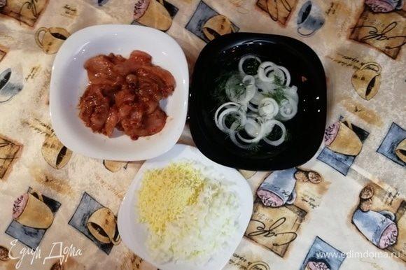 В кетчуп ТМ «Махеевъ» добавить чеснок, соль, перец. Куриное филе замариновать в полученном маринаде. Желтки и белки натереть отдельно. Лук залить кипятком, посыпать солью, перцем и укропом.